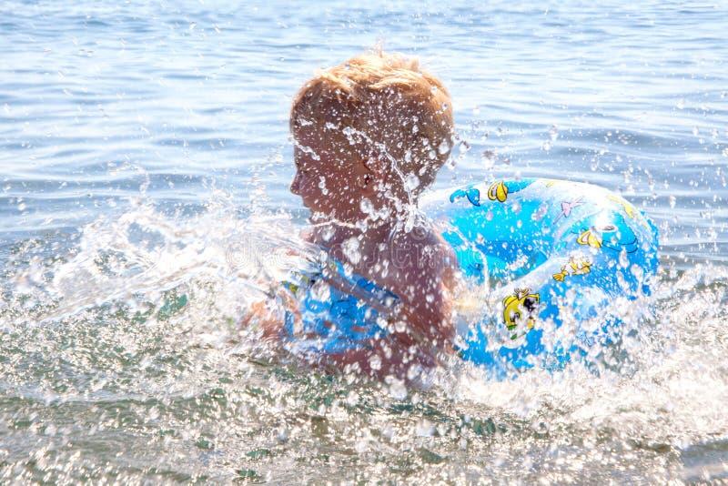 Weinig jong geitjespel in water en het maken van plons royalty-vrije stock fotografie