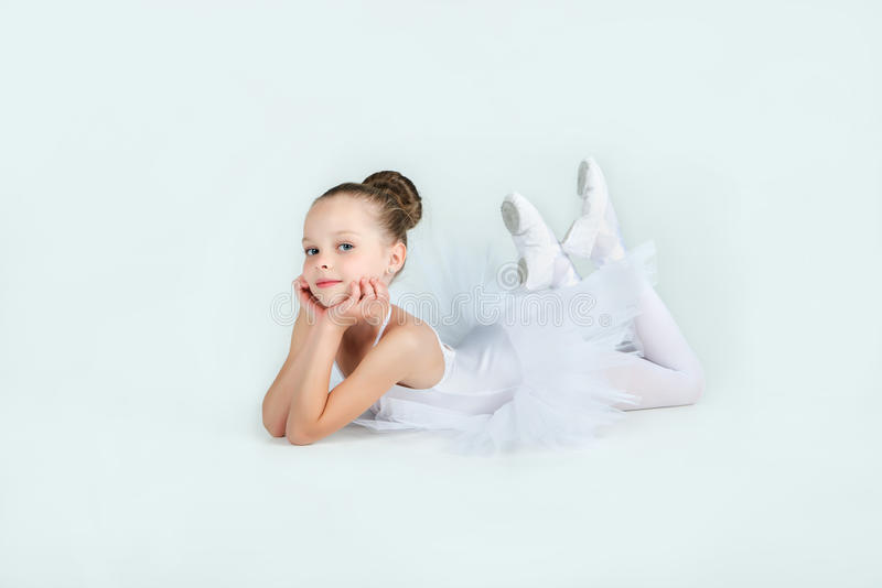Weinig jonge ballerina stelt op camera royalty-vrije stock afbeeldingen