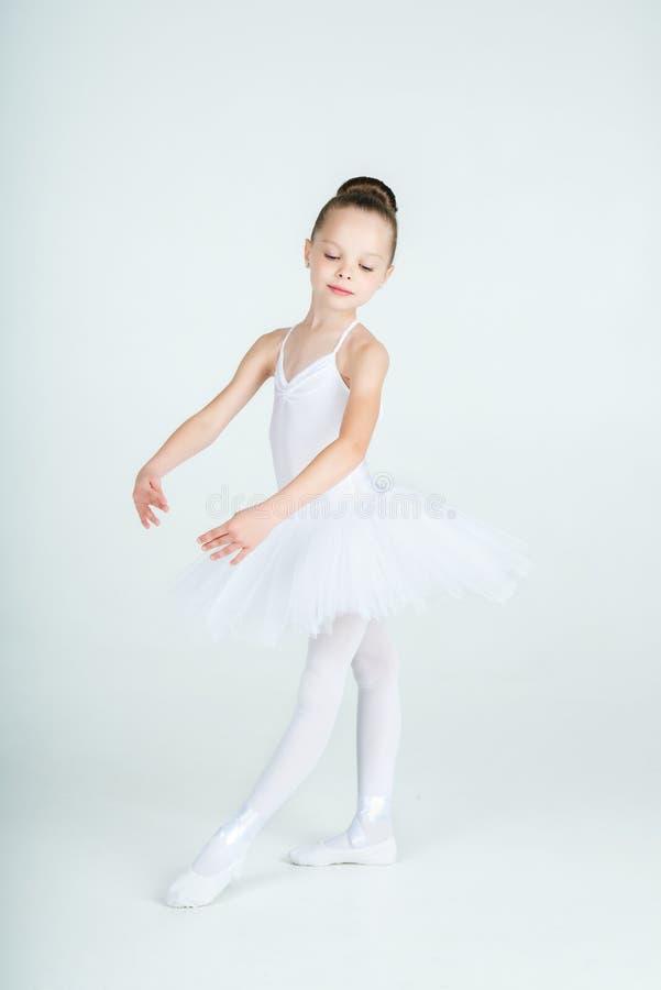 Weinig jonge ballerina stelt op camera stock afbeelding