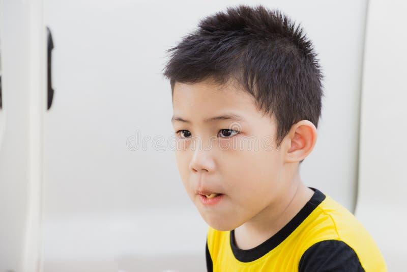 Weinig jongen als eet snacks royalty-vrije stock foto