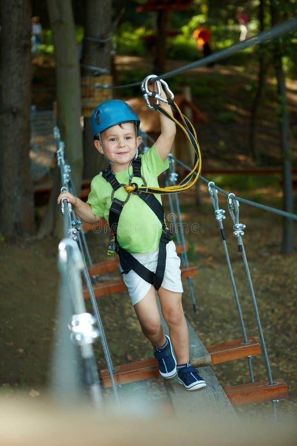 Weinig jongen in avonturenpark stock foto's