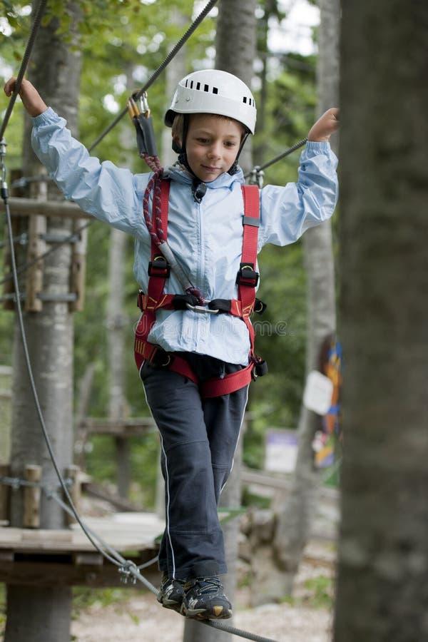 Weinig jongen in avonturenpark stock foto