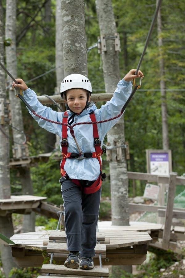 Weinig jongen in avonturenpark royalty-vrije stock foto