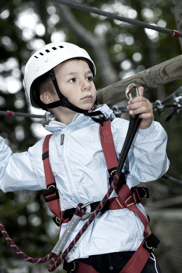 Weinig jongen in avonturenpark royalty-vrije stock afbeelding