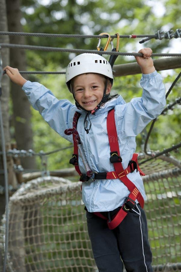 Weinig jongen in avonturenpark royalty-vrije stock afbeeldingen