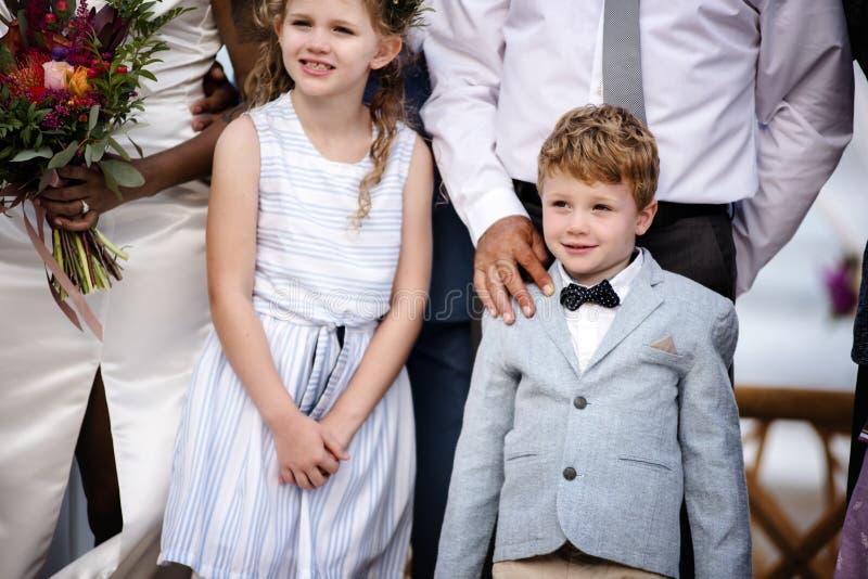 Weinig jongen bij een huwelijksceremonie royalty-vrije stock fotografie