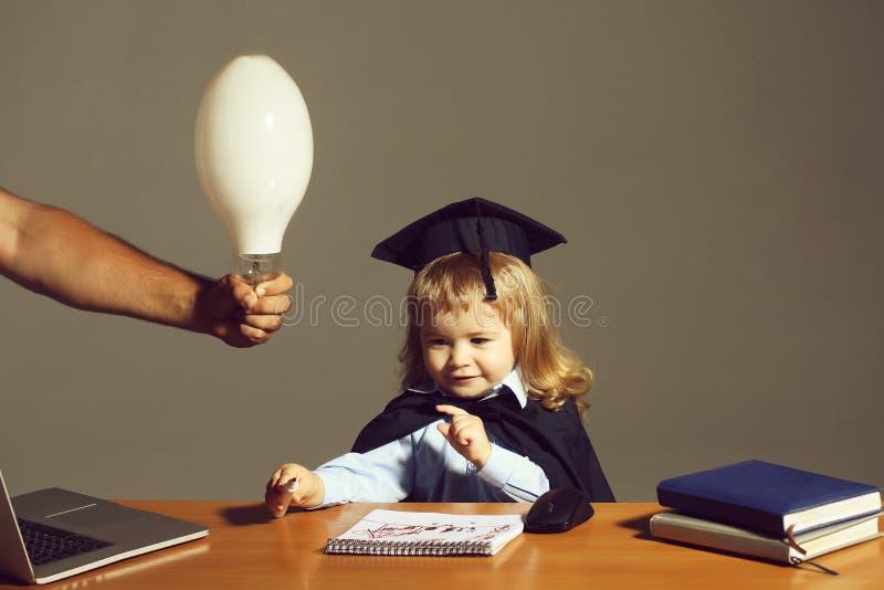 Weinig jongen bij schoolbank stock afbeelding