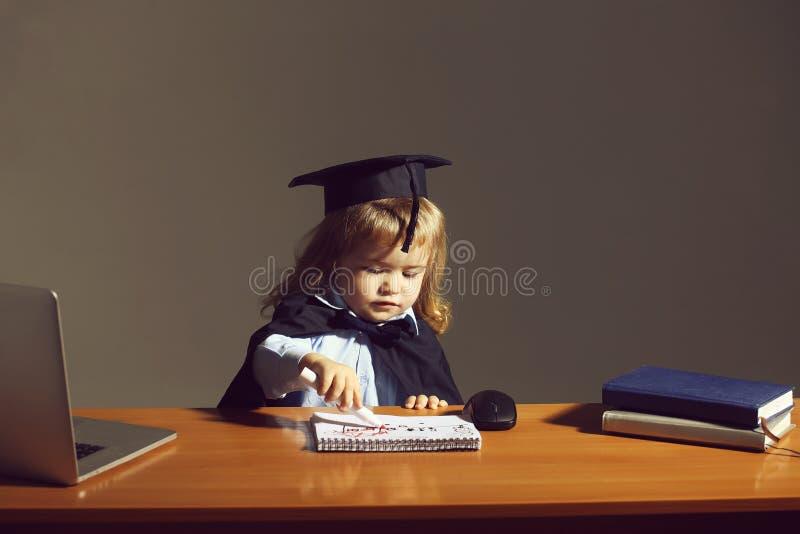 Weinig jongen bij schoolbank royalty-vrije stock foto's