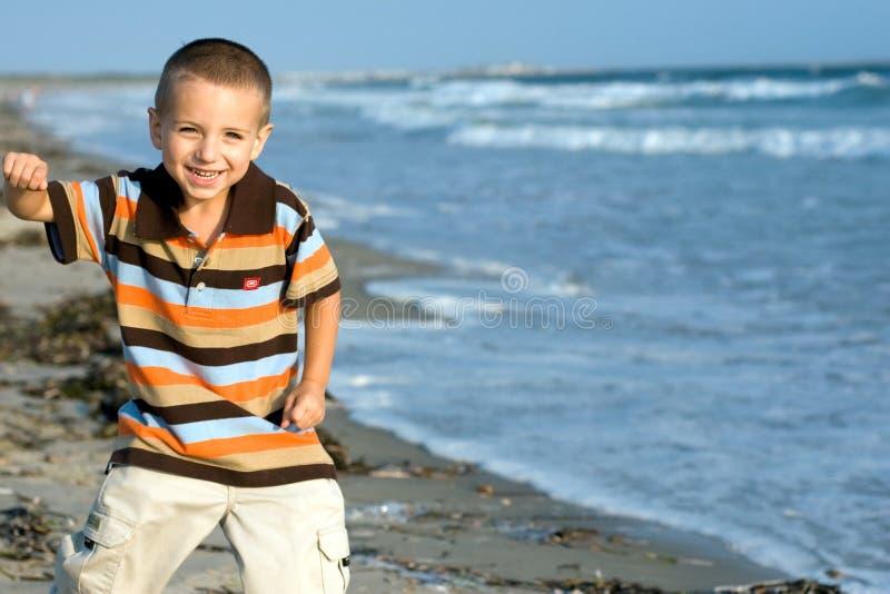 Weinig jongen bij strand stock fotografie