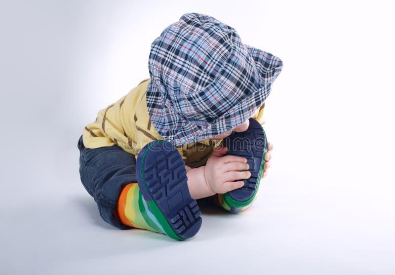 Weinig jongen bijt zijn been royalty-vrije stock fotografie