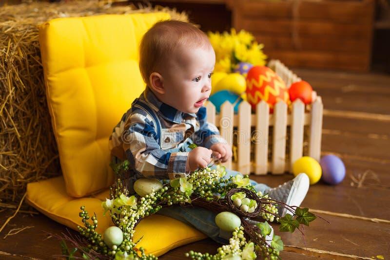 Weinig jongen binnen spelen De pret van de lentepasen voor kinderen Gelukkig kinderjarenconcept royalty-vrije stock fotografie