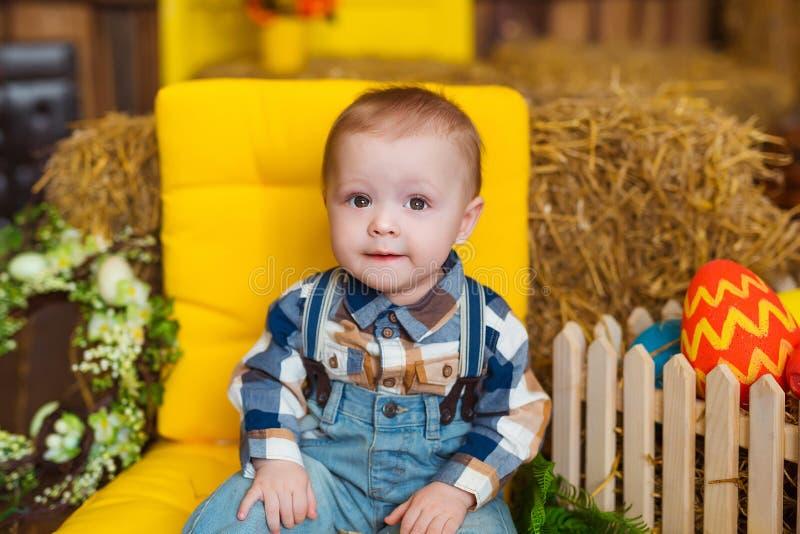 Weinig jongen binnen spelen De pret van de lentepasen voor kinderen Gelukkig kinderjarenconcept royalty-vrije stock foto's