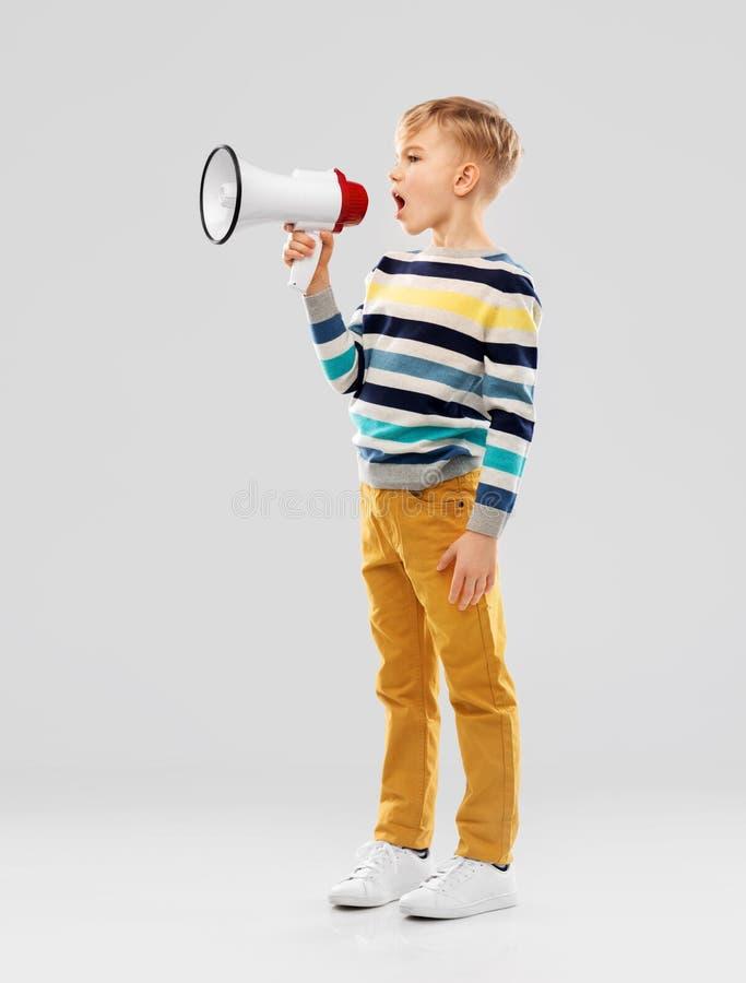 Weinig jongen die aan megafoon spreken royalty-vrije stock foto