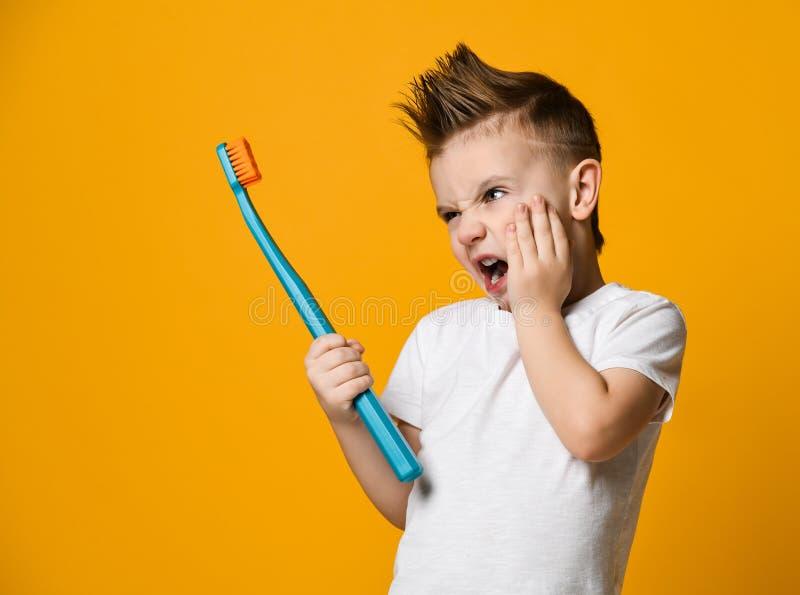 Weinig jongen die aan tandpijn lijden - Tandprobleem royalty-vrije stock afbeeldingen