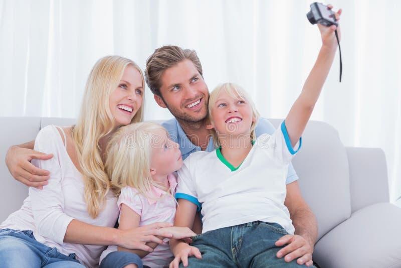 Weinig jongen die beelden van zijn familie nemen stock fotografie