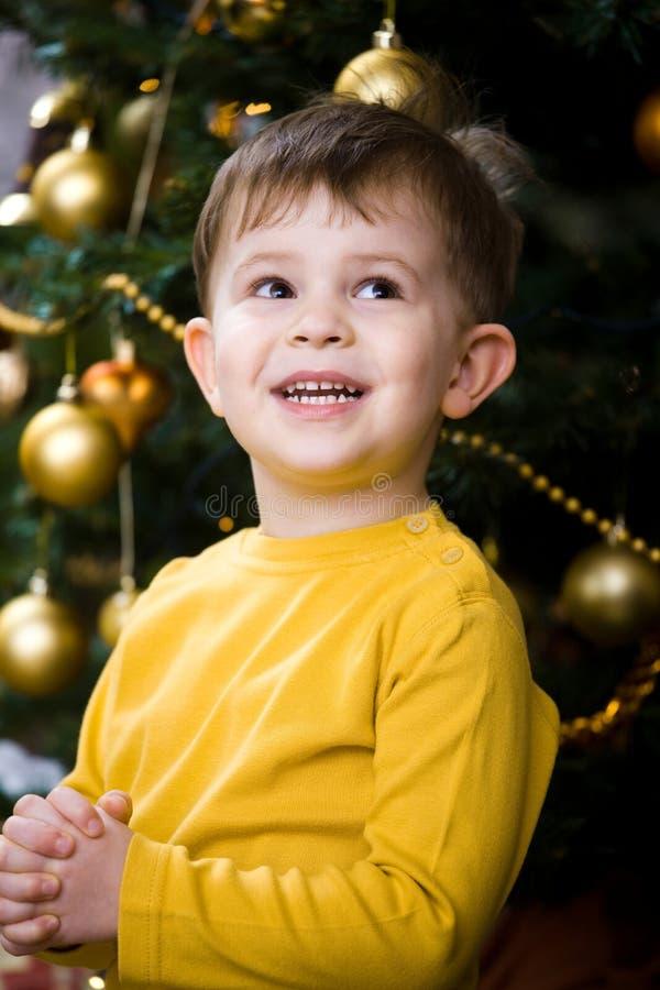 Weinig jongen die bij Kerstmis bidt royalty-vrije stock foto's