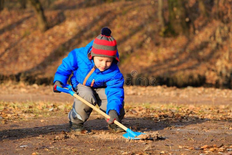 Weinig jongen die in de herfstpark graven royalty-vrije stock fotografie