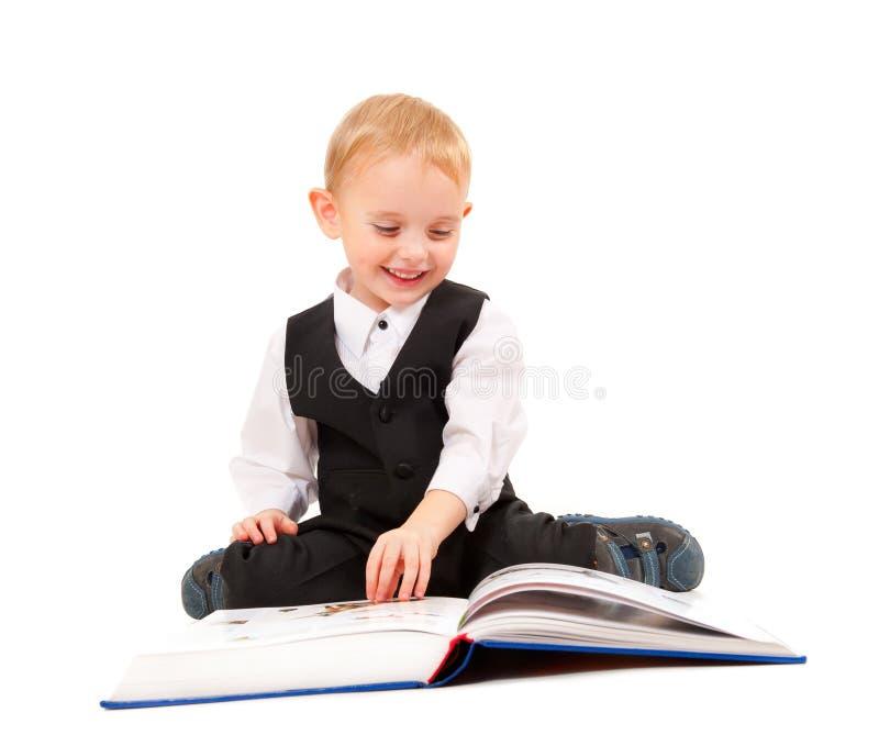 Weinig jongen die een boek leest royalty-vrije stock afbeelding