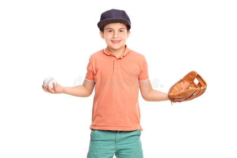 Weinig jongen die een honkbal houden stock foto