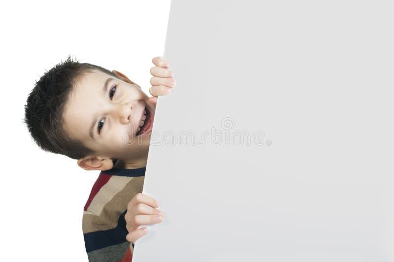 Weinig jongen die een whiteboard houden stock afbeelding