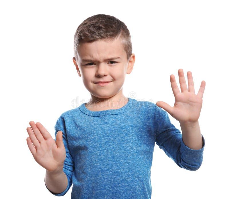 Weinig jongen die EINDEgebaar in gebarentaal op wit tonen stock fotografie