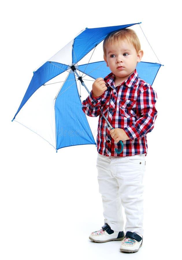 Weinig jongen die gekleurde paraplu bevinden zich stock afbeeldingen