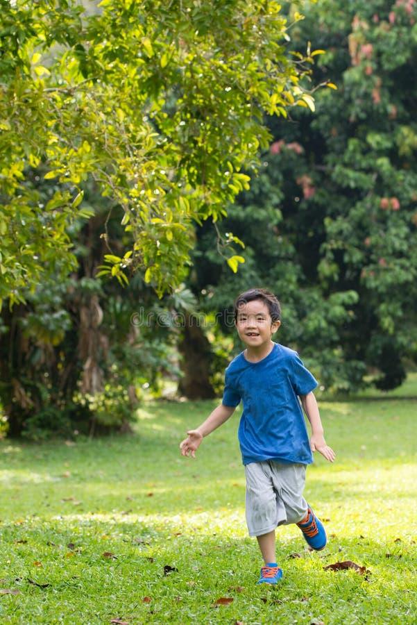 Weinig jongen die in het park lopen royalty-vrije stock foto