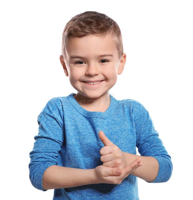 Weinig jongen die HULPgebaar in gebarentaal op wit tonen stock afbeelding