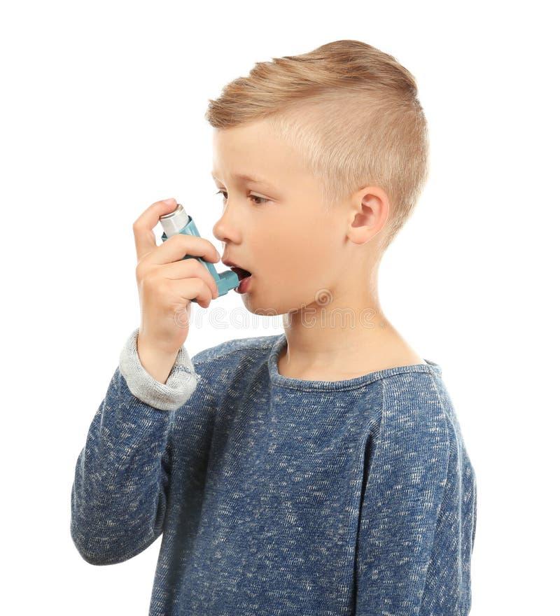 Weinig jongen die inhaleertoestel op witte achtergrond met behulp van Allergieconcept stock afbeeldingen