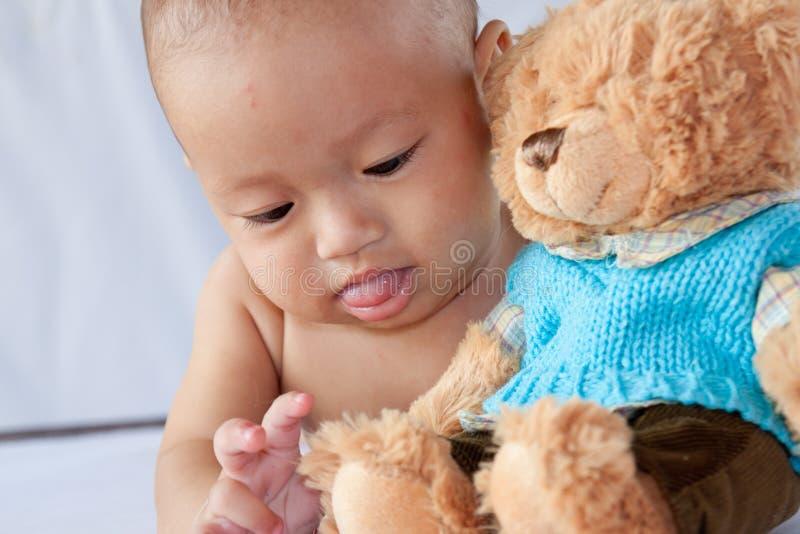 Weinig jongen die met een beer speelt royalty-vrije stock foto