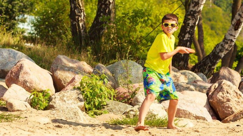 Weinig jongen die met frisbeeschijf spelen royalty-vrije stock foto's