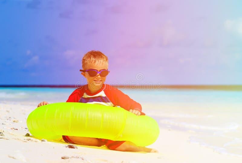 Weinig jongen die met het levensring bij tropisch spelen royalty-vrije stock foto