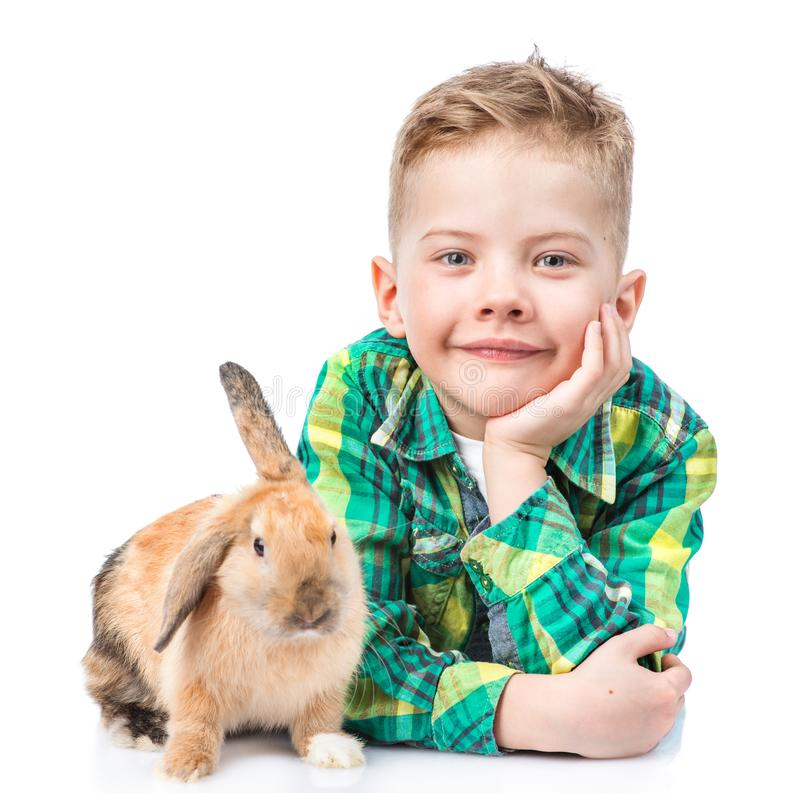 Weinig jongen die met konijn liggen Geïsoleerdj op witte achtergrond royalty-vrije stock afbeelding