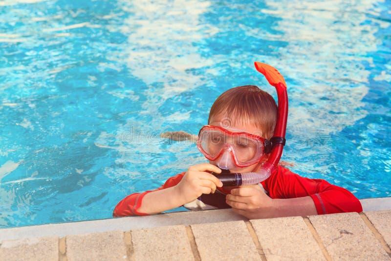 Weinig jongen die met masker in openluchtpool zwemmen royalty-vrije stock foto
