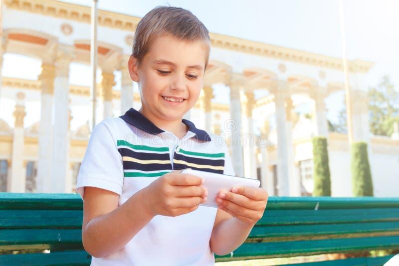Weinig jongen die mobiele telefoon houden royalty-vrije stock foto