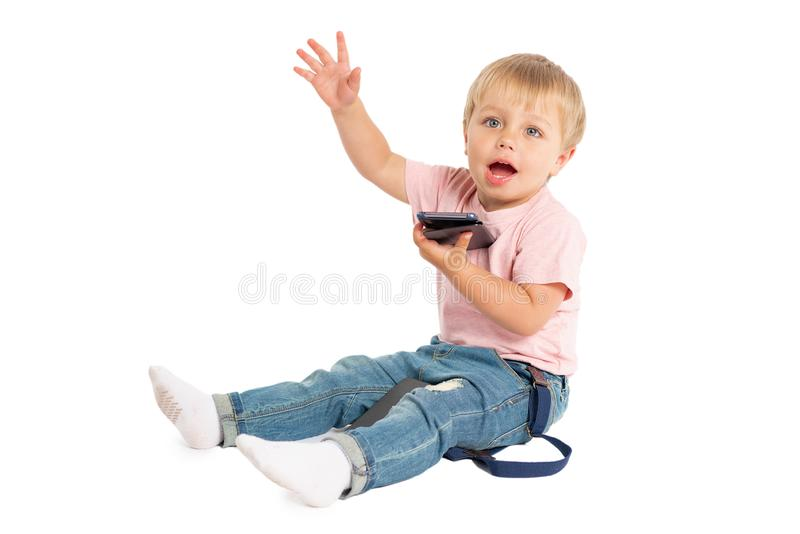 Weinig jongen die mobiele telefoon met behulp van Kind het spelen op smartphone Technologie, mobiele toepassingen, kinderen en ou stock afbeelding