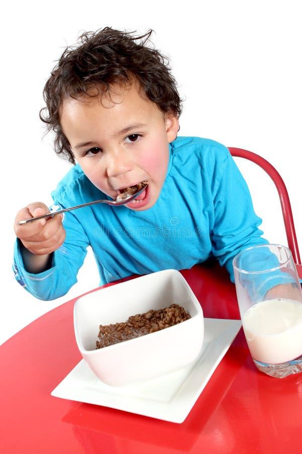 Weinig jongen die ontbijtgraangewas eet royalty-vrije stock foto