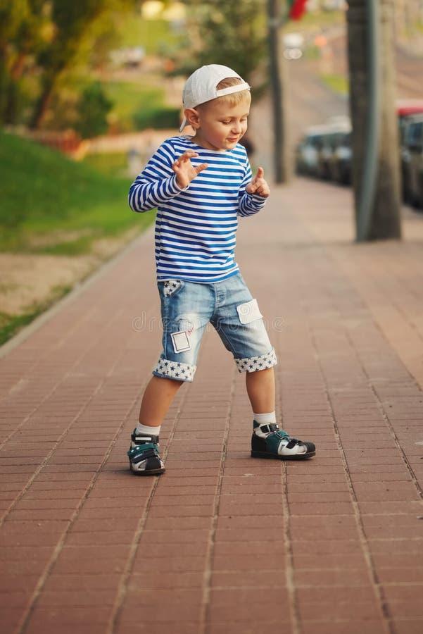 Weinig jongen die op de straat dansen royalty-vrije stock afbeeldingen