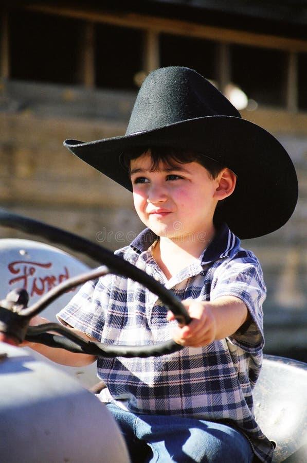 Weinig jongen die op de Tractor van de Grootvader speelt royalty-vrije stock afbeelding