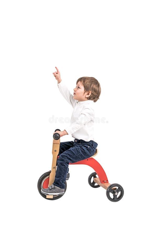 Weinig jongen die op driewieler benadrukken stock afbeeldingen
