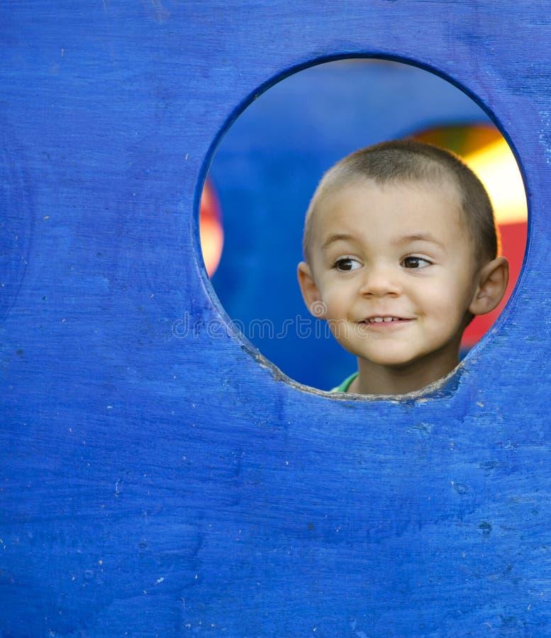 Weinig jongen die op speelplaats speelt royalty-vrije stock foto