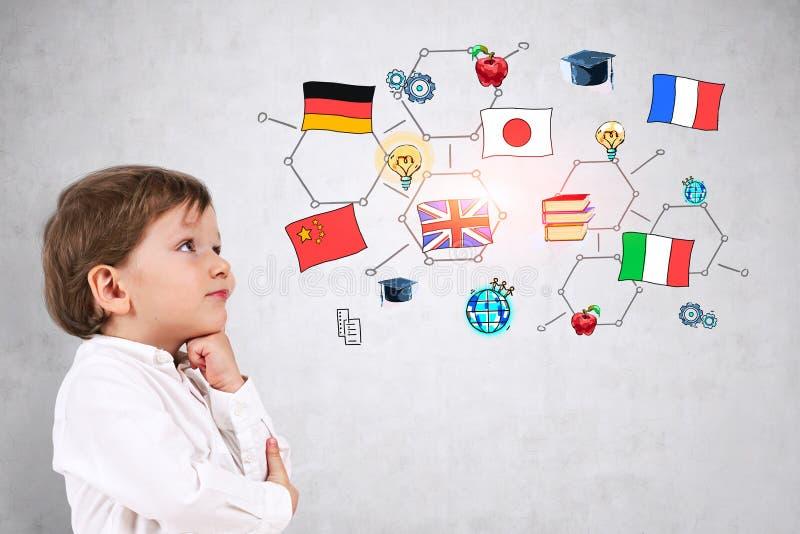 Weinig jongen die over onderwijs in het buitenland denken royalty-vrije stock fotografie