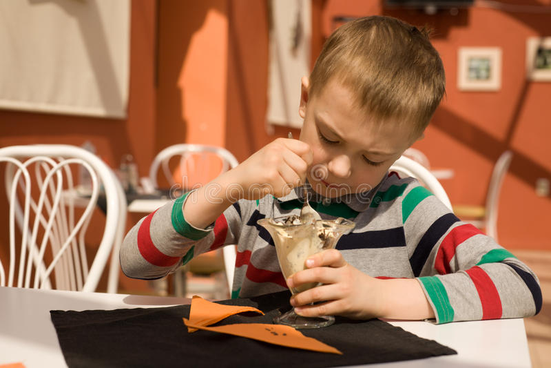 Weinig jongen die roomijs eet royalty-vrije stock foto's