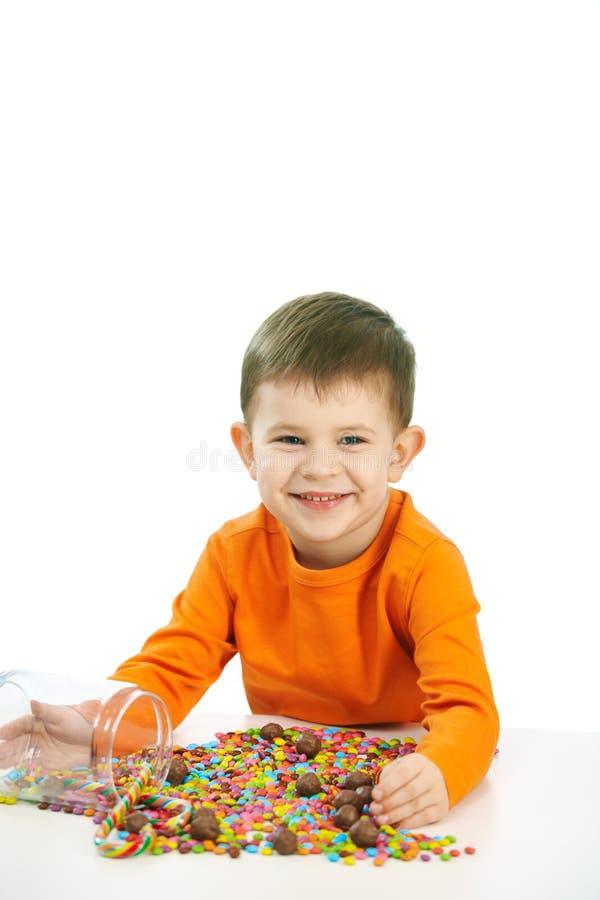 Weinig jongen die snoepjes eet royalty-vrije stock fotografie