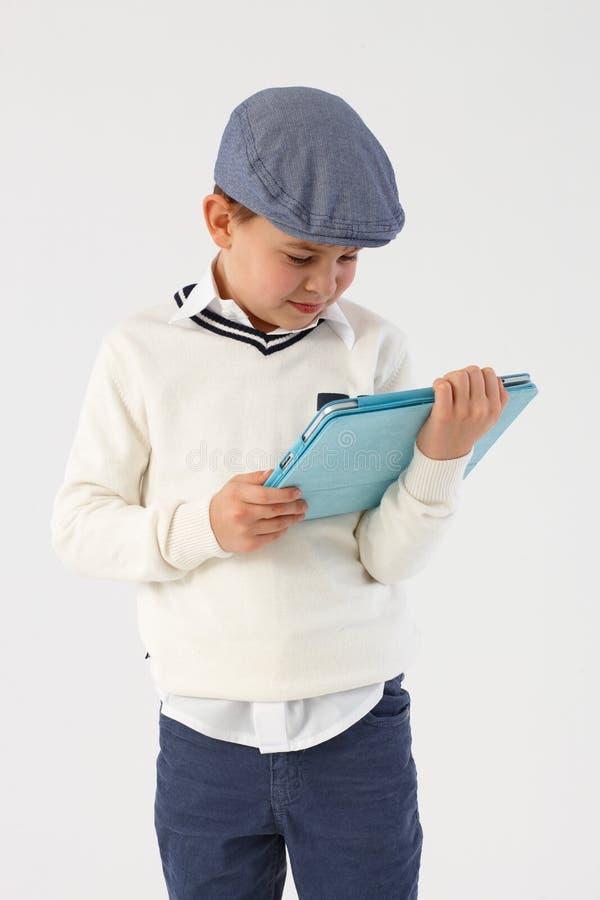 Weinig jongen die tabletcomputer met behulp van royalty-vrije stock foto's