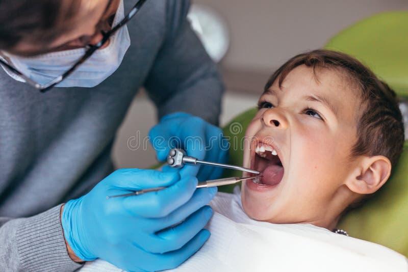 Weinig jongen die tandbehandeling krijgen stock fotografie