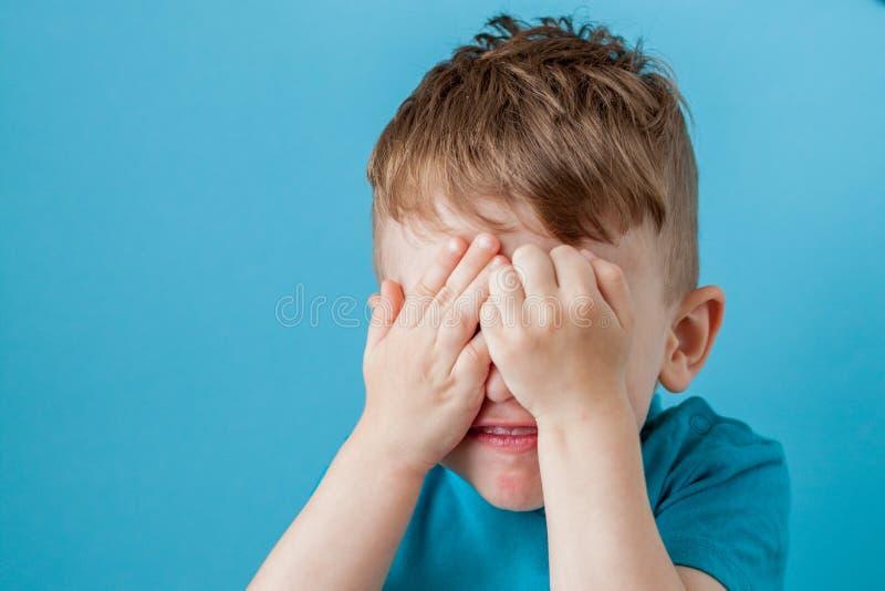 Weinig jongen die van het mengelingstarief pretgezicht in vele emoties maken royalty-vrije stock afbeelding