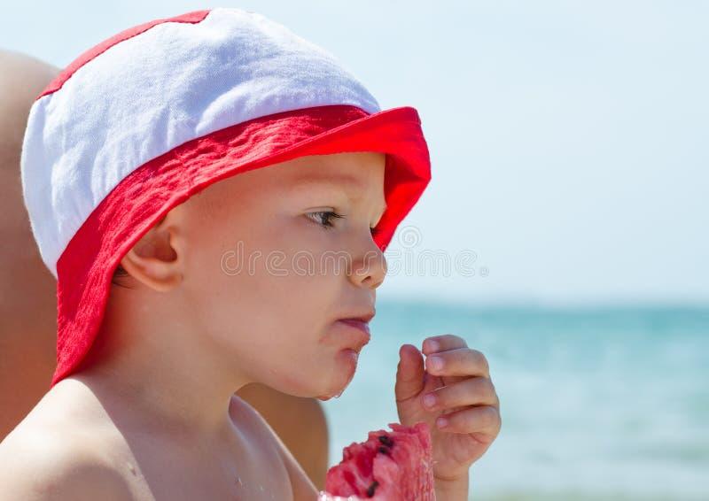 Download Weinig Jongen Die Van Het Verfrissen Genieten Zich Stock Foto - Afbeelding bestaande uit kust, hoed: 29510526