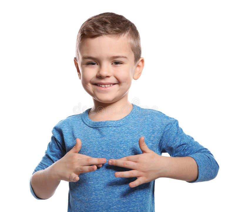 Weinig jongen die woord tonen dat in gebarentaal op wit wordt OPGEWEKT stock fotografie
