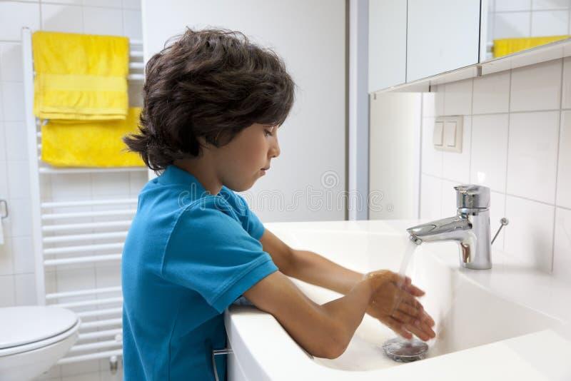 Weinig jongen die zijn handen wassen stock afbeeldingen